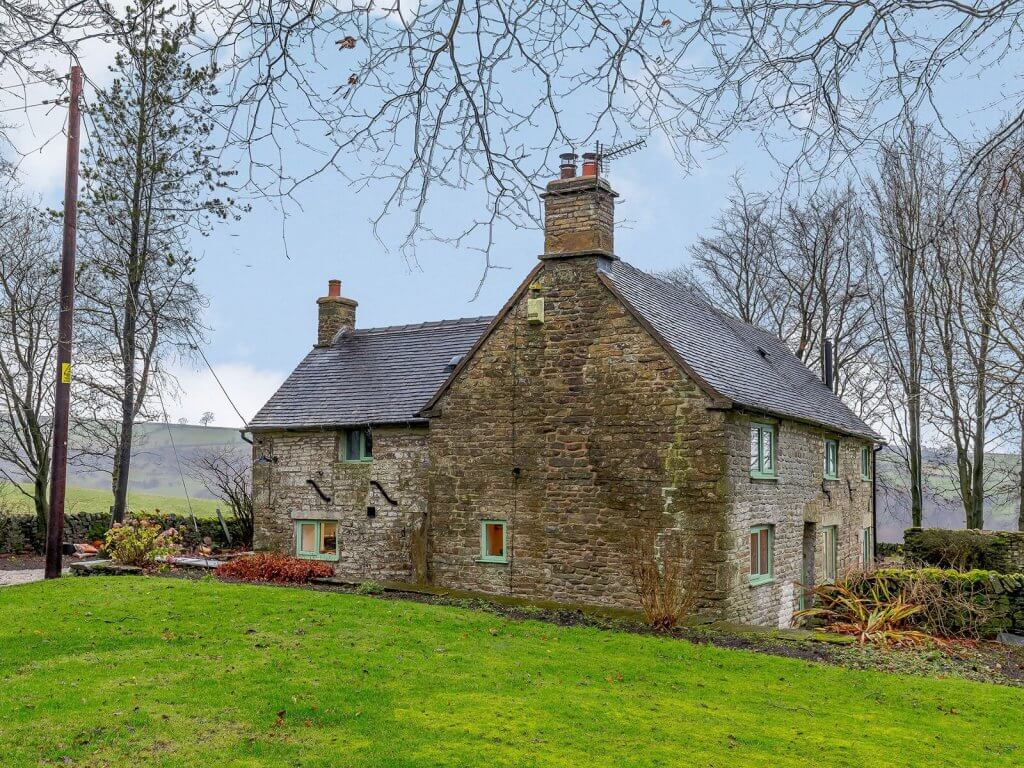 Secluded Peak District cottage with hot tub